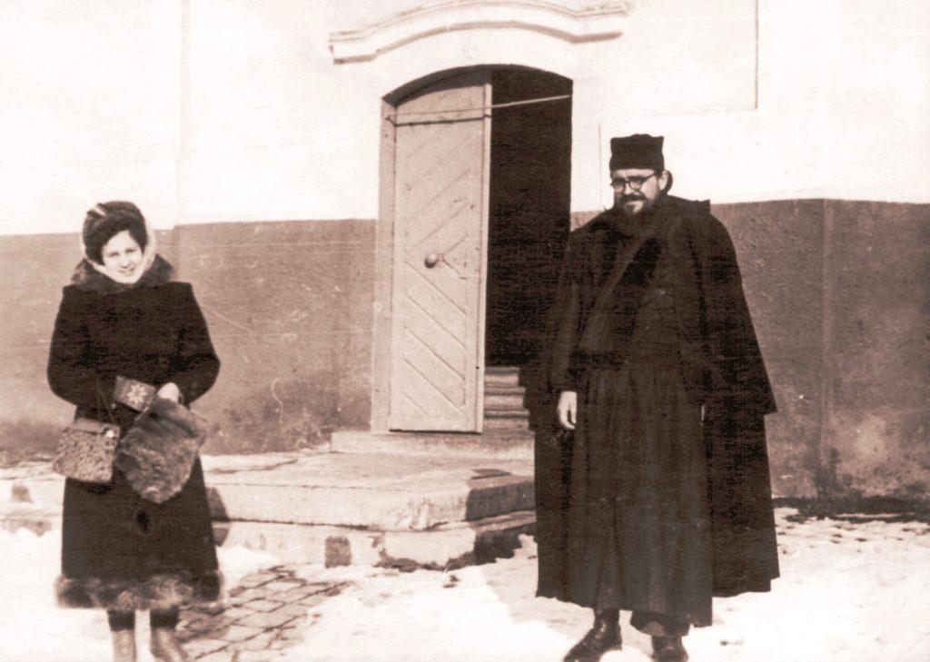 Отець Василій (Пронін) з О. Рудловчак. Мукачівський монастир, 1960-ті рр.